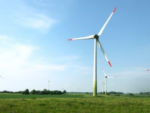 Turbinas eólicas gigantes possuem torres de aço e pás que chegam a mais de 73 metros de comprimento. Fonte: Freepik