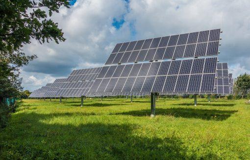 Placas solares duram até 25 anos e têm baixo custo de manutenção. Fonte: Pixabay