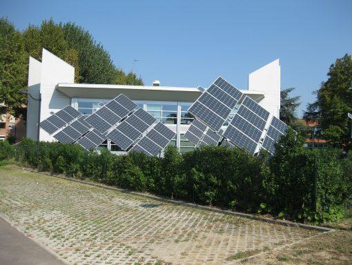 Energia solar abastece indústrias, comércios, hospitais e residências. Fonte: Pixabay